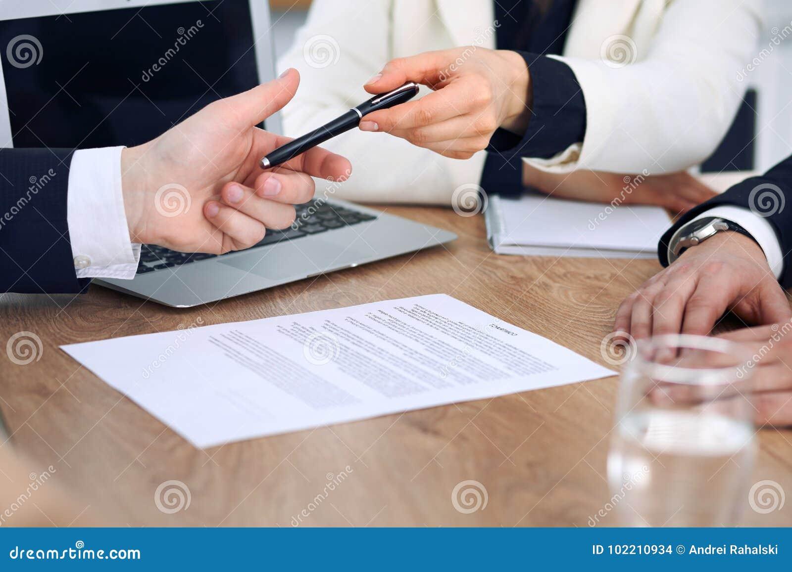 Femme d affaires donnant le stylo à l homme d affaires prêt à signer le contrat Communication de succès à la réunion ou à la négo