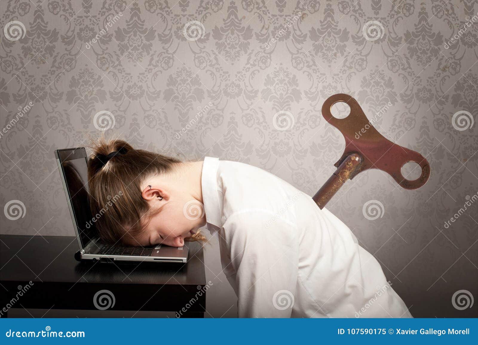 Femme d affaires dormant sur l ordinateur portable