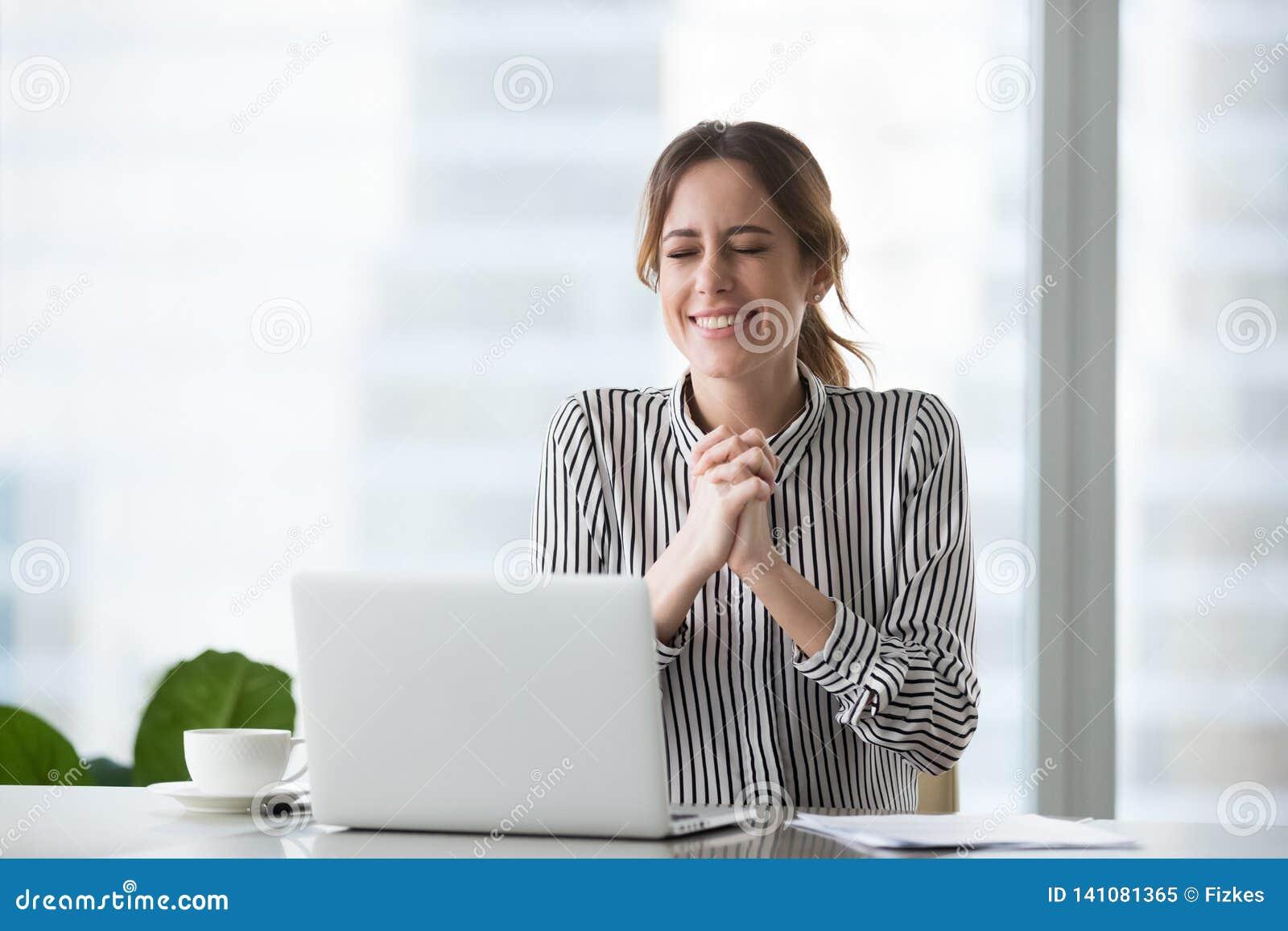 Femme d affaires enthousiaste souhaitant la réussite commerciale ou célébrant la victoire