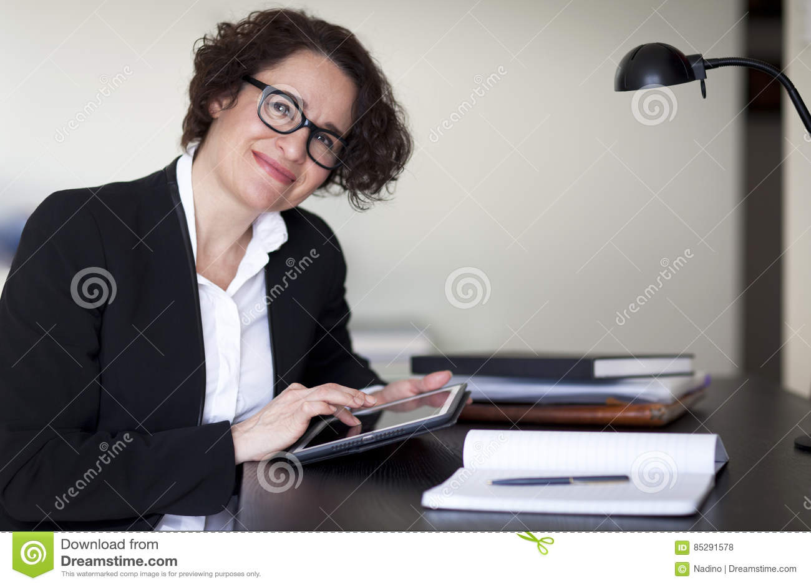 Femme d affaires espagnole smiling at l appareil photo au bureau