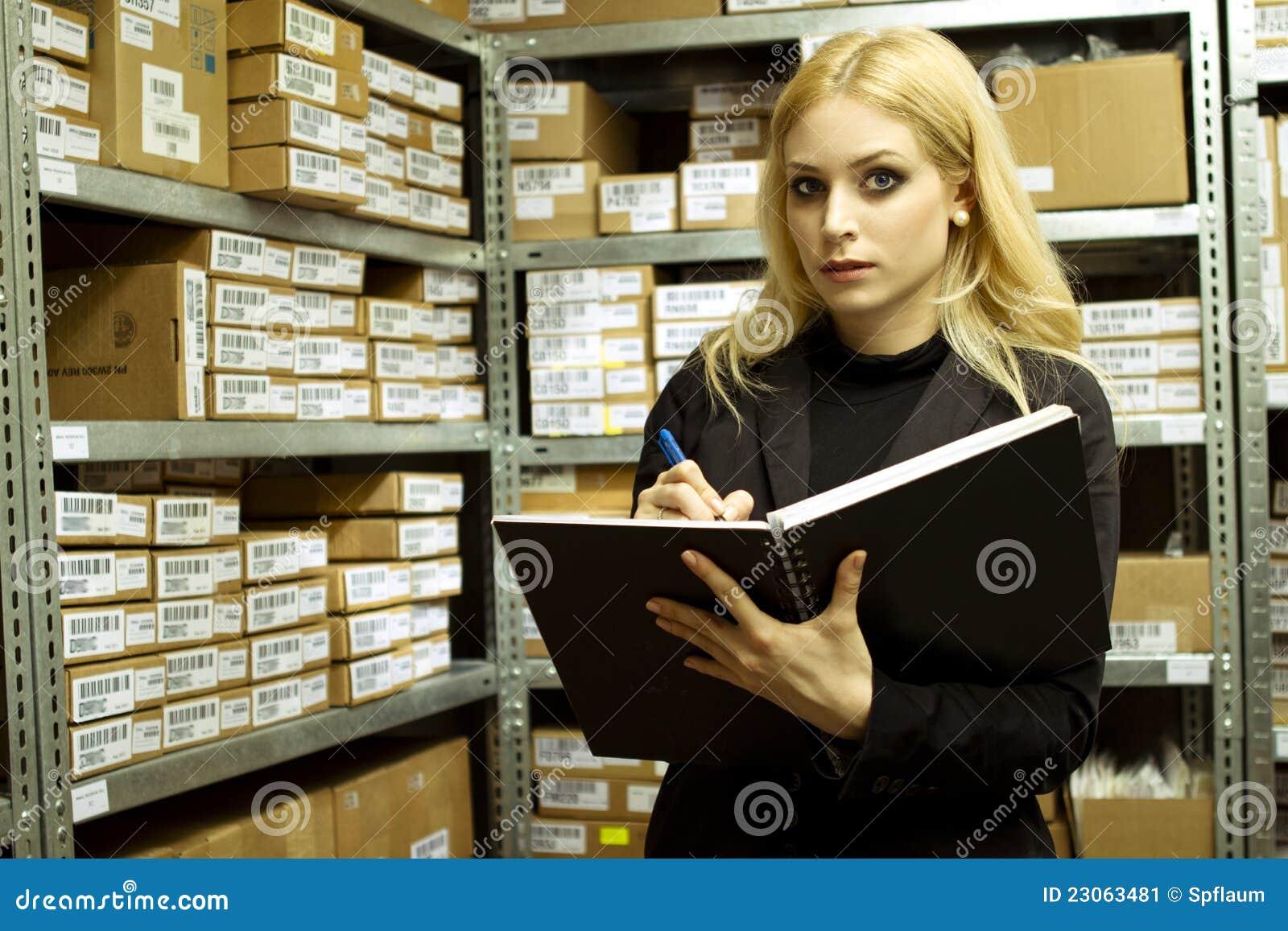Femme d affaires faisant des stocks