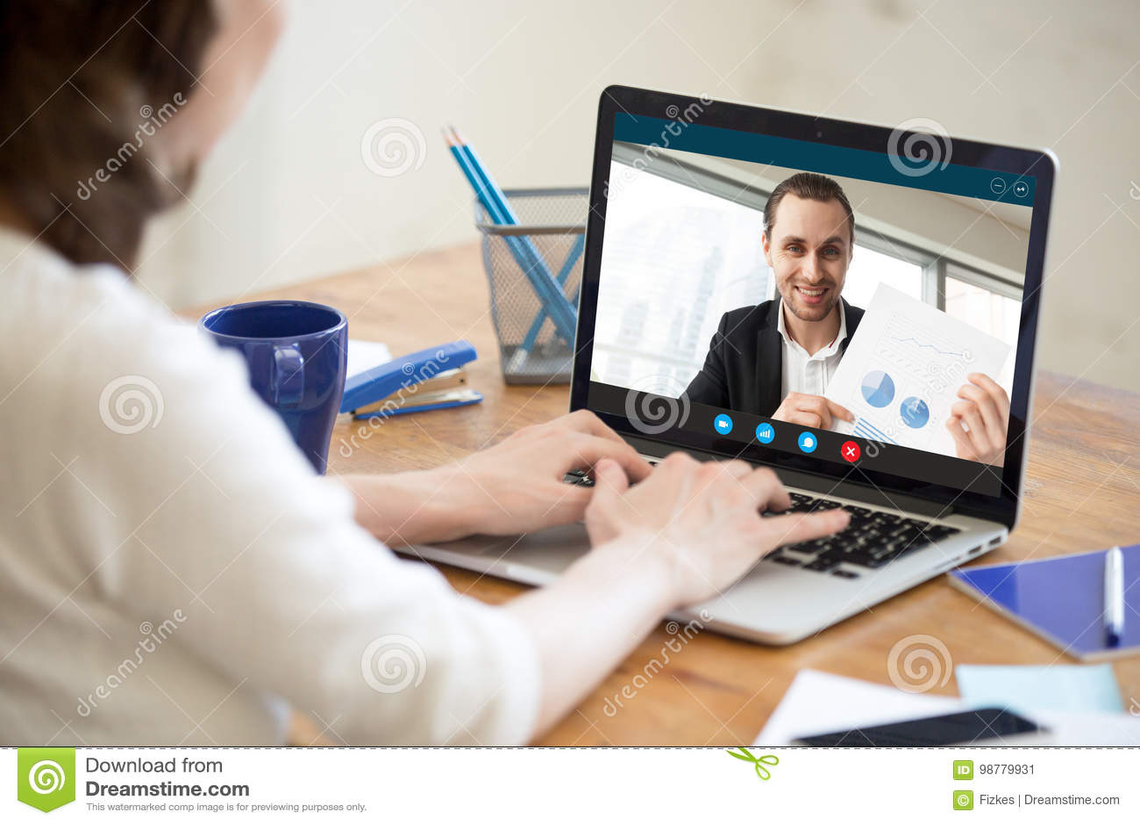 Femme d affaires faisant l appel visuel à l homme d affaires montrant le document