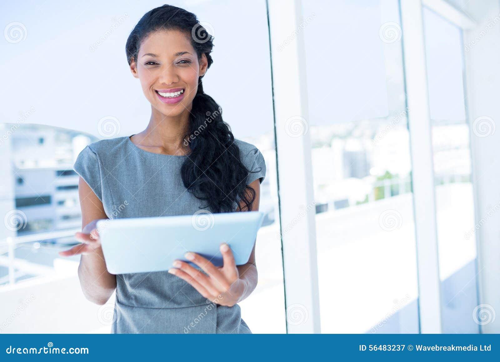Femme d affaires focalisée à l aide du comprimé numérique