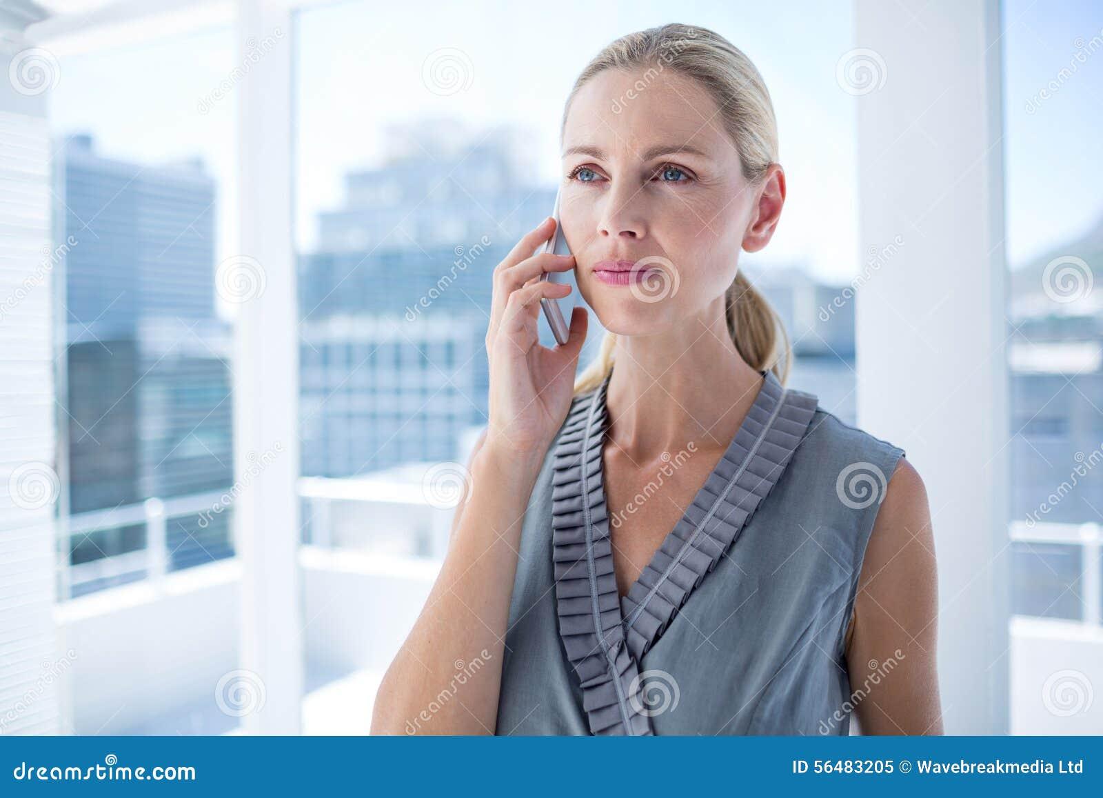 Femme d affaires focalisée au téléphone