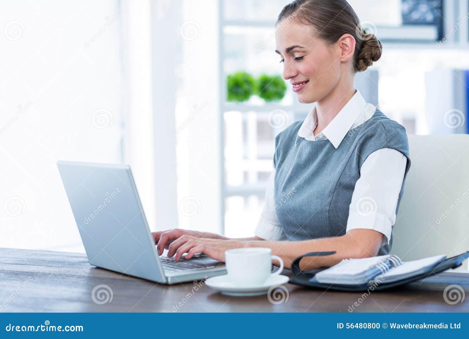 Femme d affaires heureuse travaillant sur l ordinateur portable