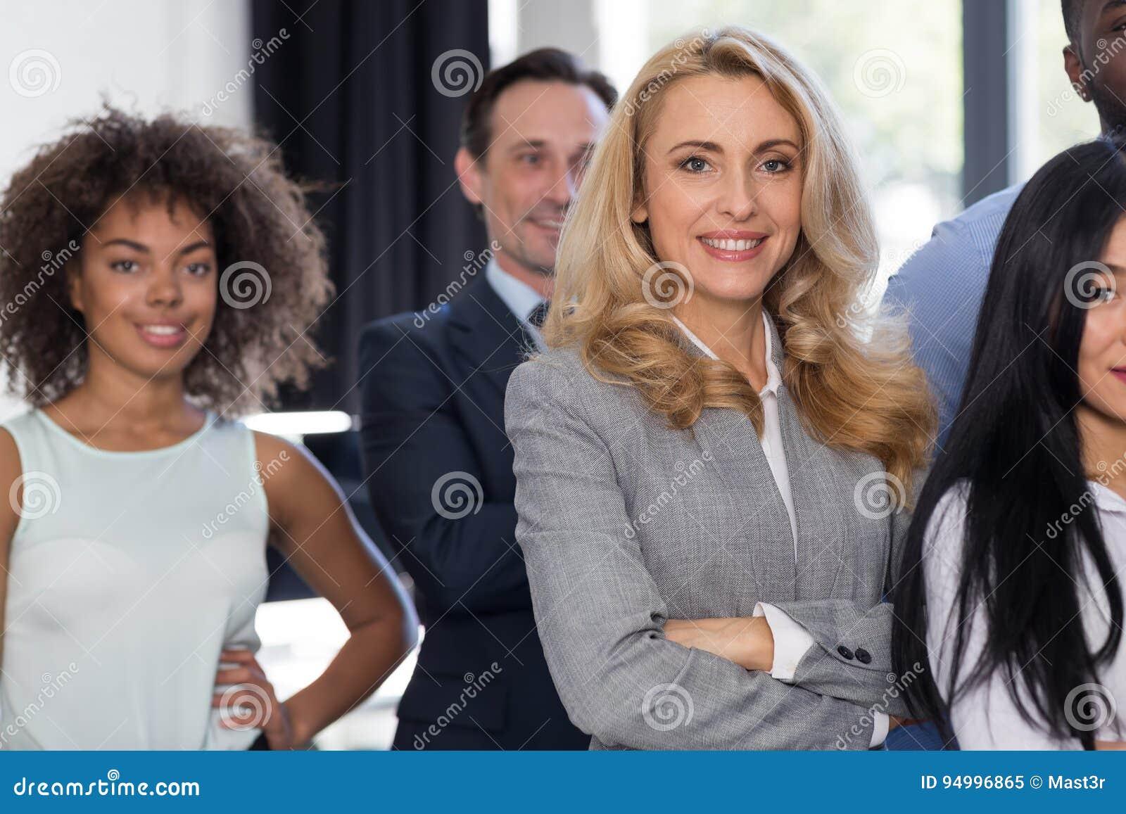 Femme d affaires leading businesspeople group dans le bureau