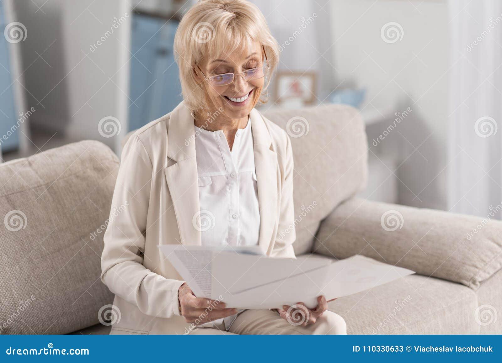 Femme d affaires mûre avec du charme travaillant avec des documents