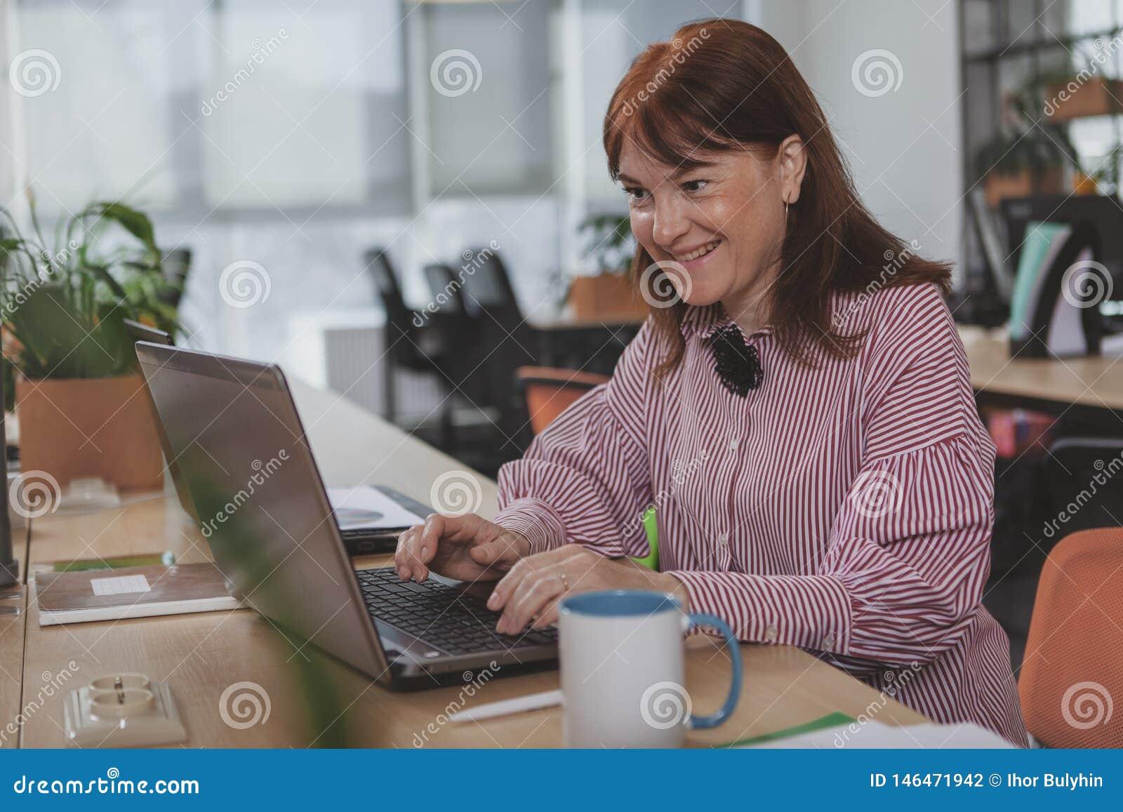 Femme d affaires mûre travaillant au bureau