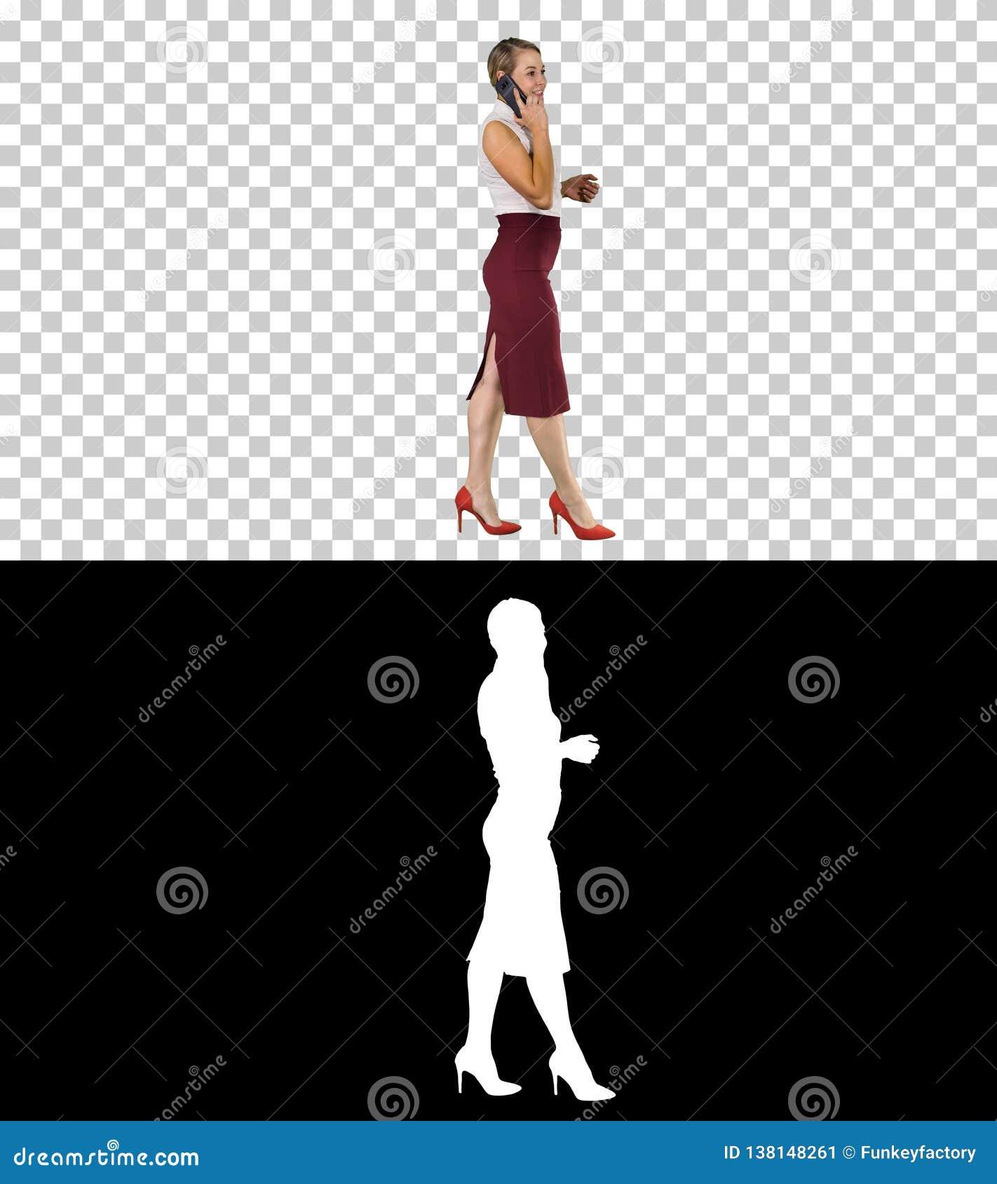 Femme d affaires marchant et faisant un appel, Alpha Channel