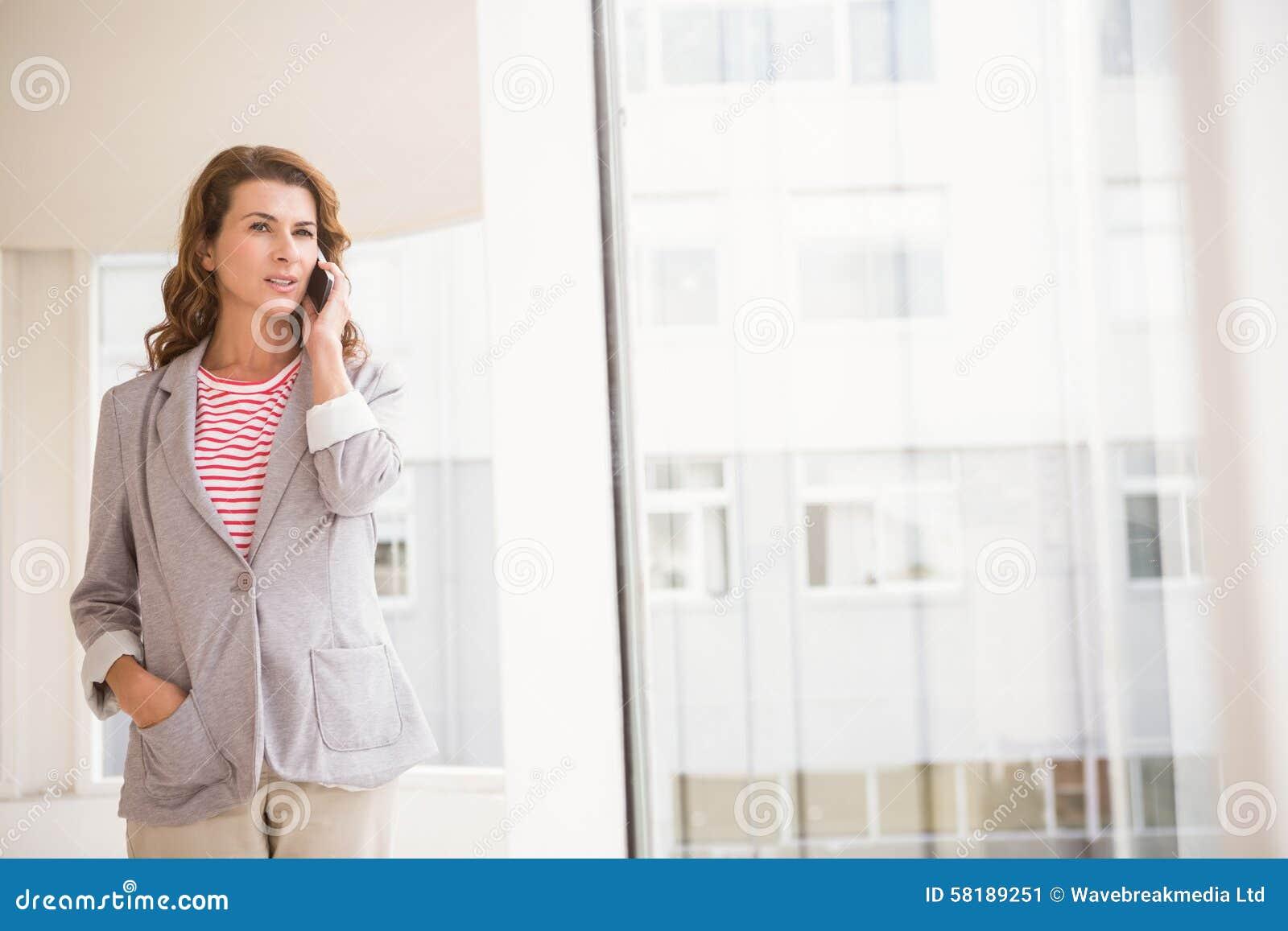 Femme d affaires occasionnelle ayant un appel téléphonique
