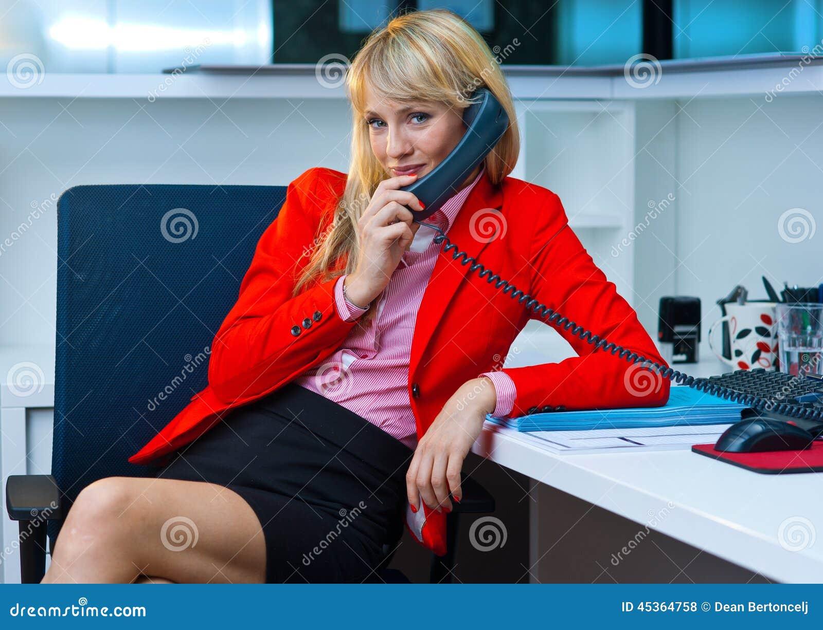 Femme d affaires parlant au téléphone dans le bureau