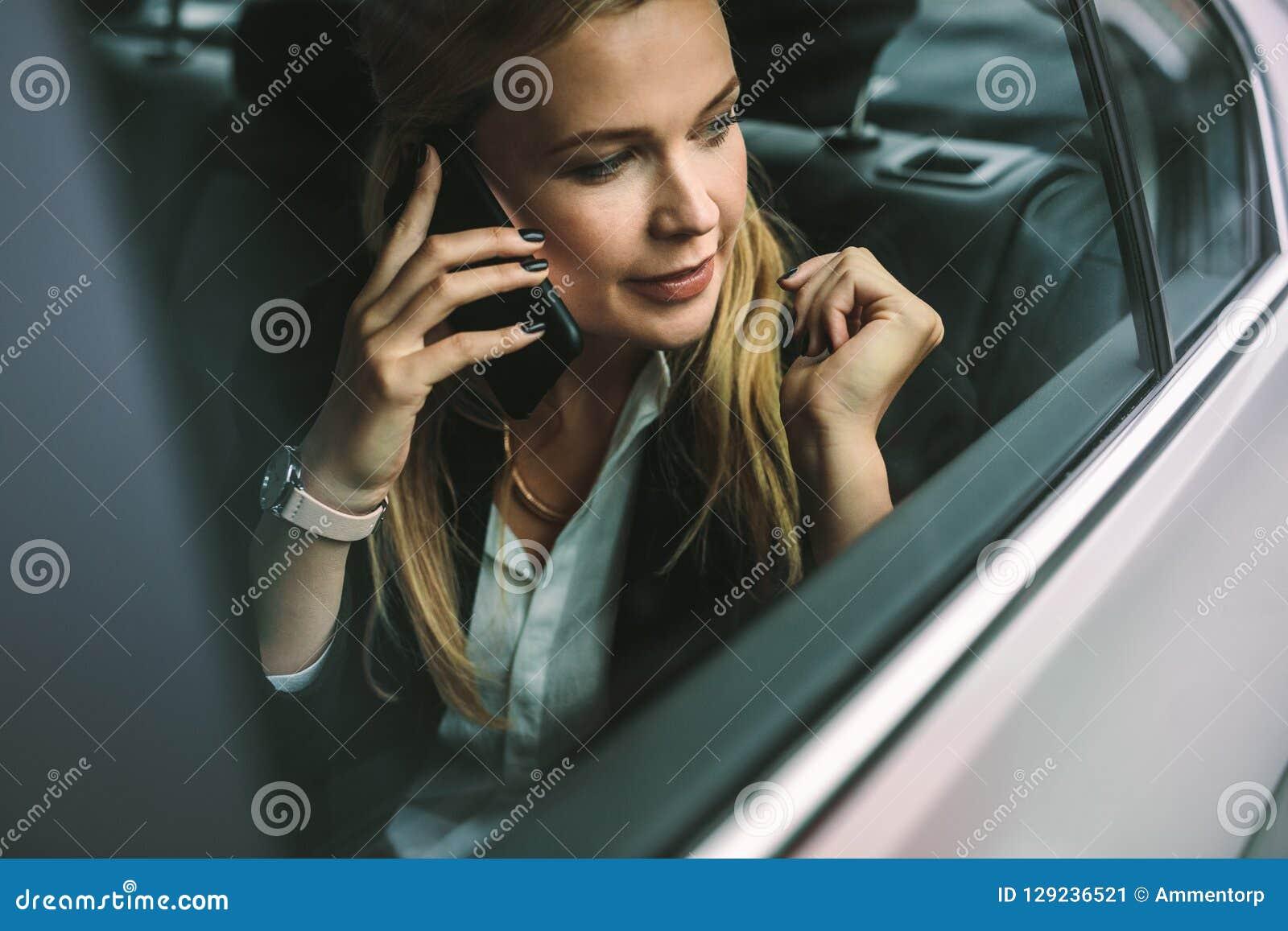 Femme d affaires parlant sur le téléphone portable dans la voiture