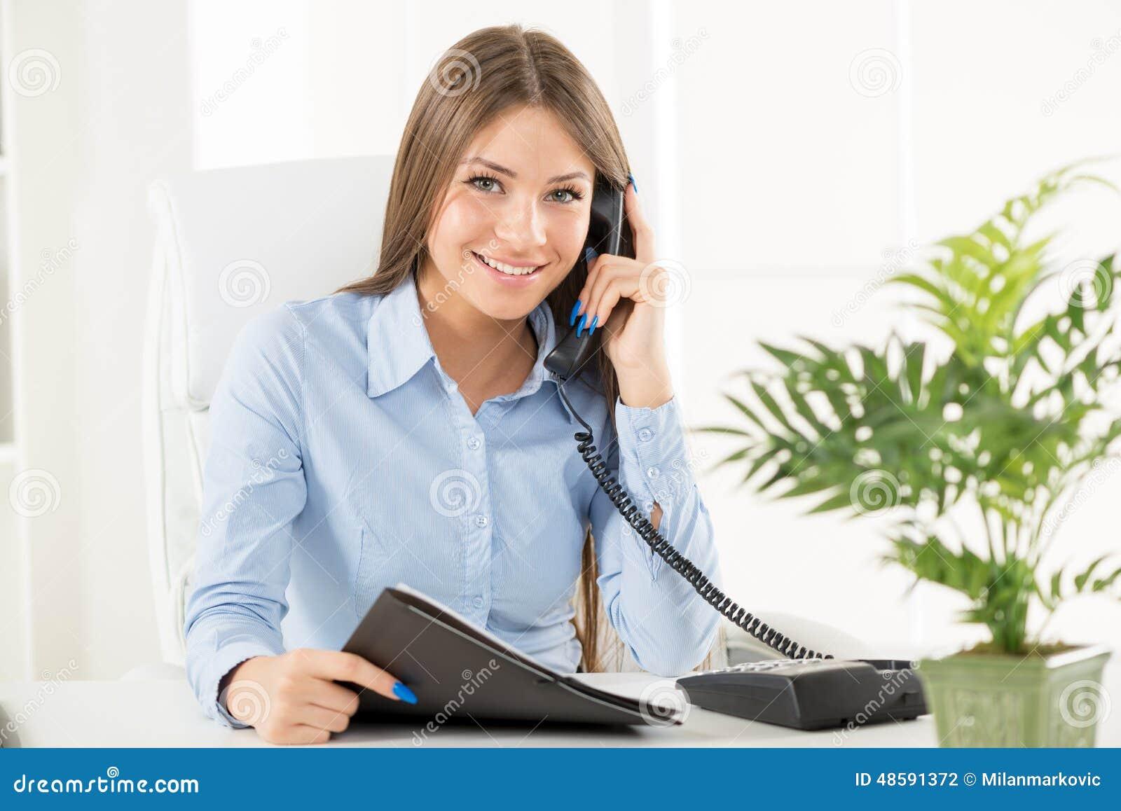 femme d 39 affaires phoning photo stock image du professionnel 48591372. Black Bedroom Furniture Sets. Home Design Ideas