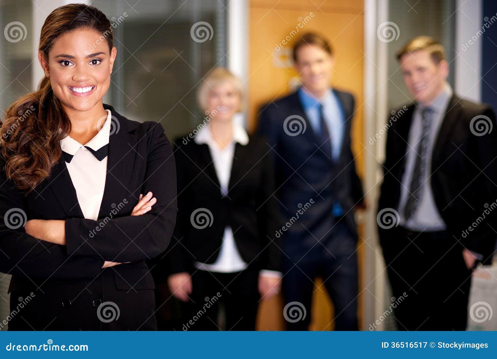 Femme d affaires posant avec les associés futés derrière