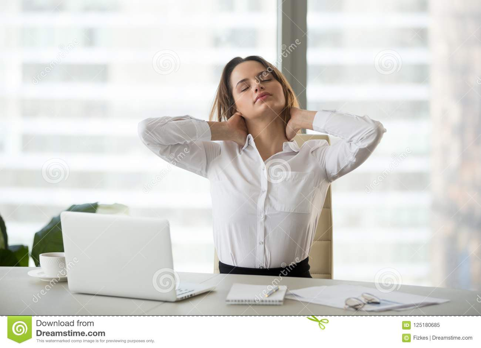 Femme d affaires prenant la pause faisant le massage d exercices de bureau