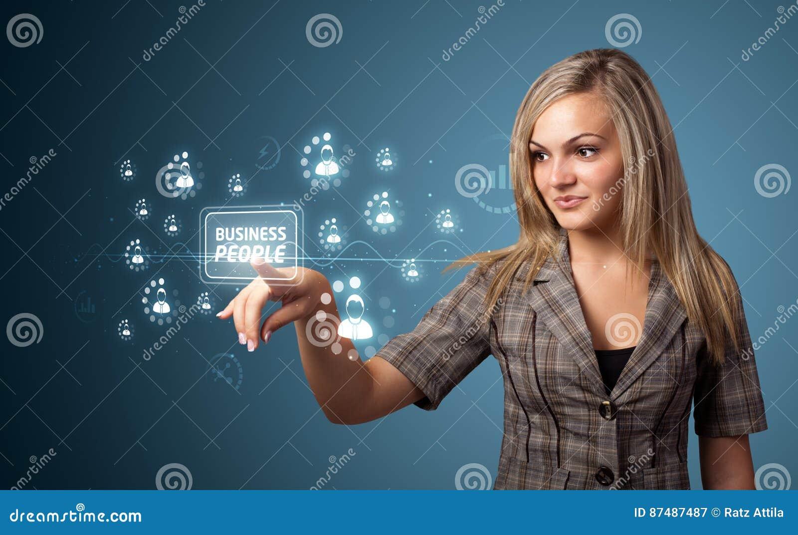 Femme d affaires pressant le type moderne d affaires de boutons