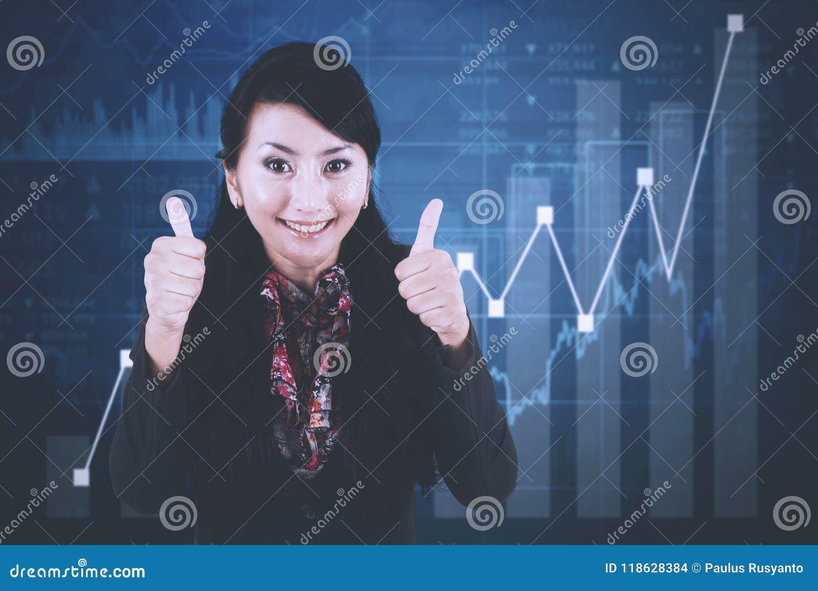 Femme d affaires réussie avec le graphique de croissance