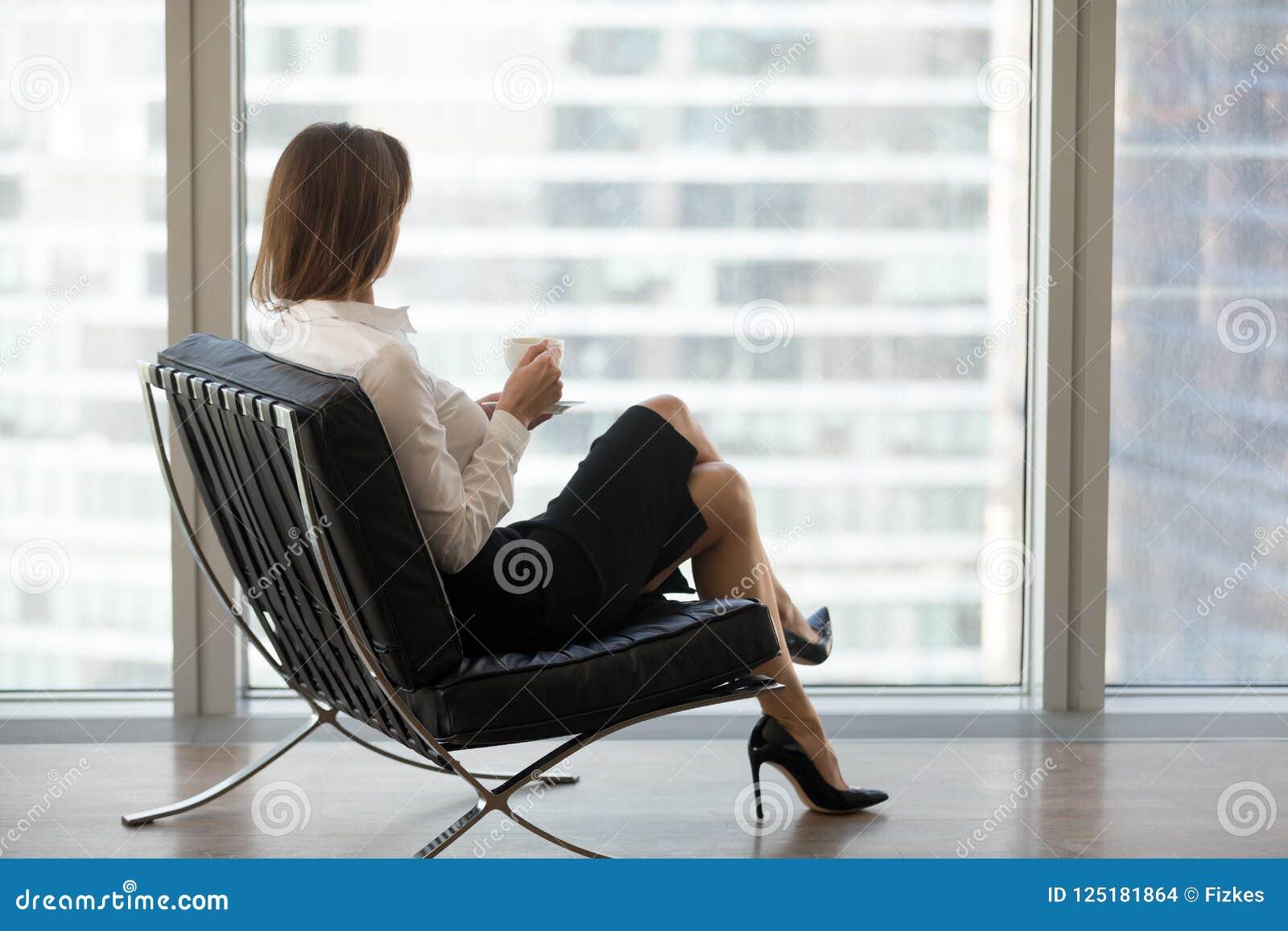 Femme d affaires réussie s asseyant dans la chaise confortable appréciant v
