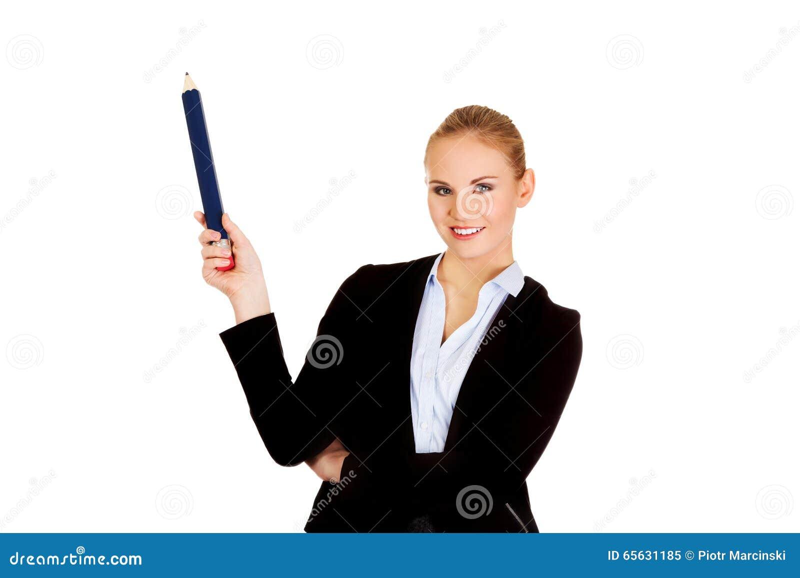 Femme d affaires se dirigeant pour le copyspace ou quelque chose avec le stylo énorme