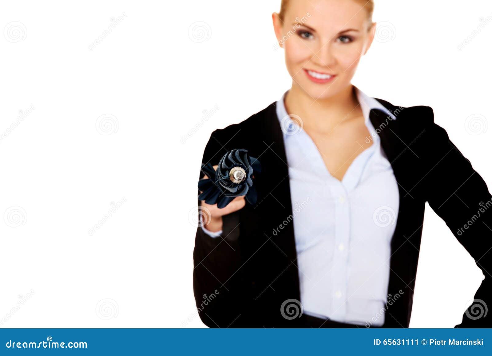 Femme d affaires se dirigeant sur l appareil-photo avec le parapluie
