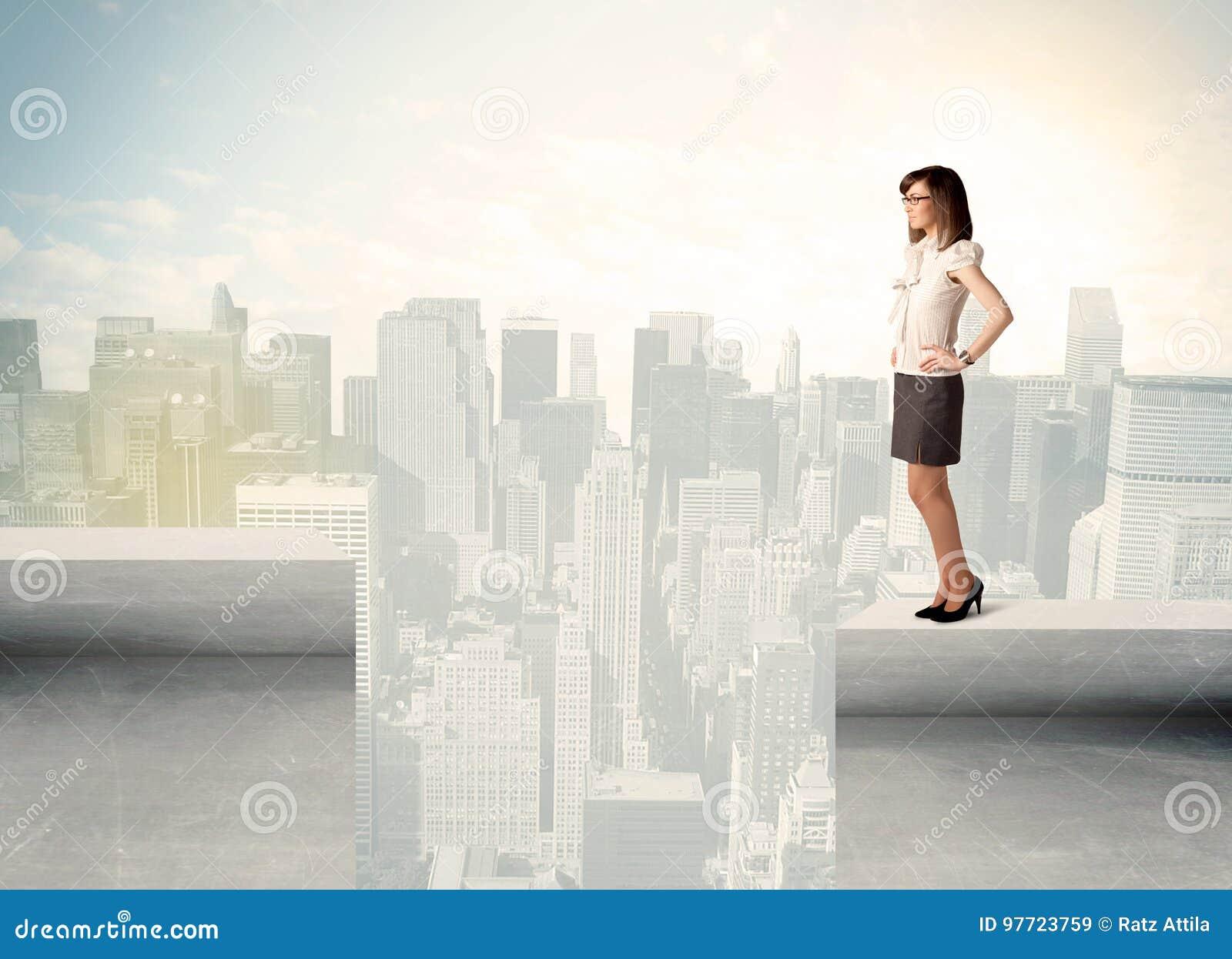Femme d affaires se tenant au bord du dessus de toit