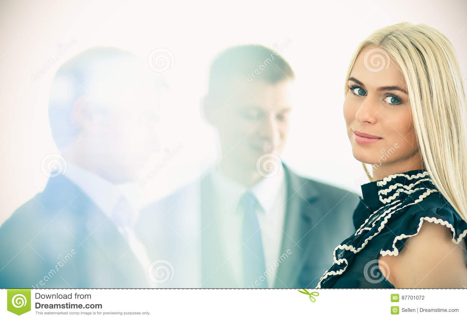 Femme d affaires se tenant dans le premier plan avec un dossier dans des ses mains