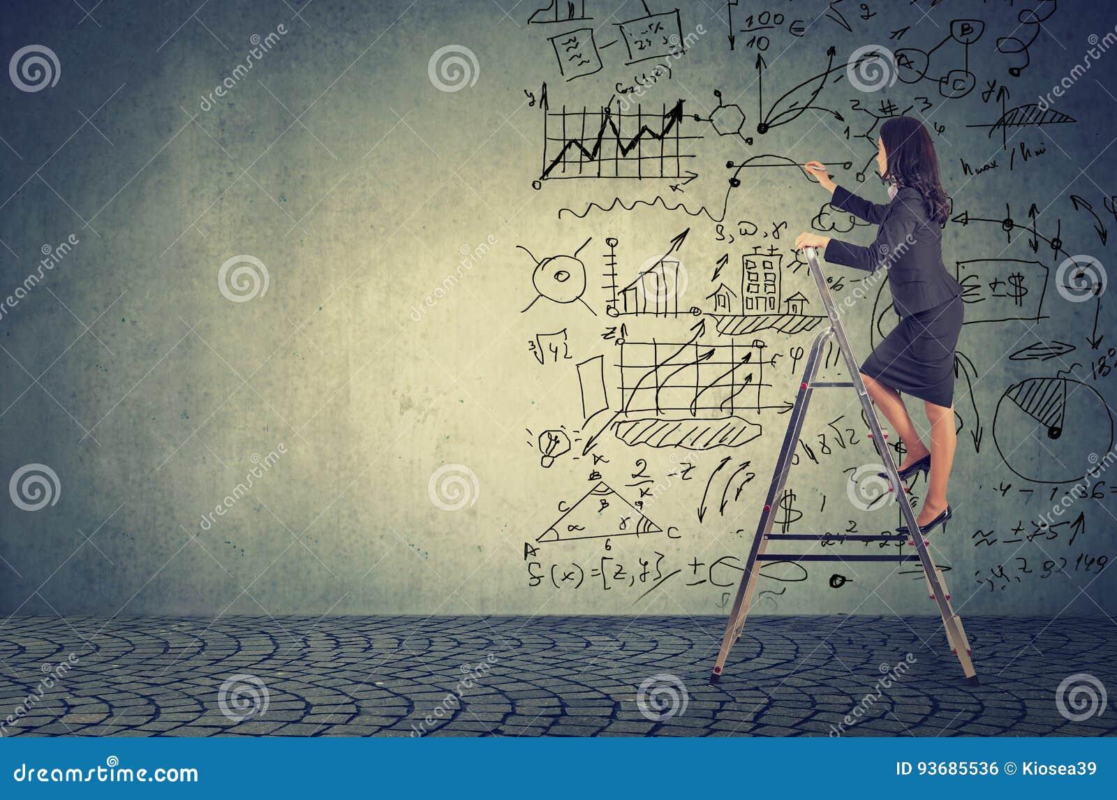 Femme d affaires se tenant sur l échelle et les idées de dessin de plan d action