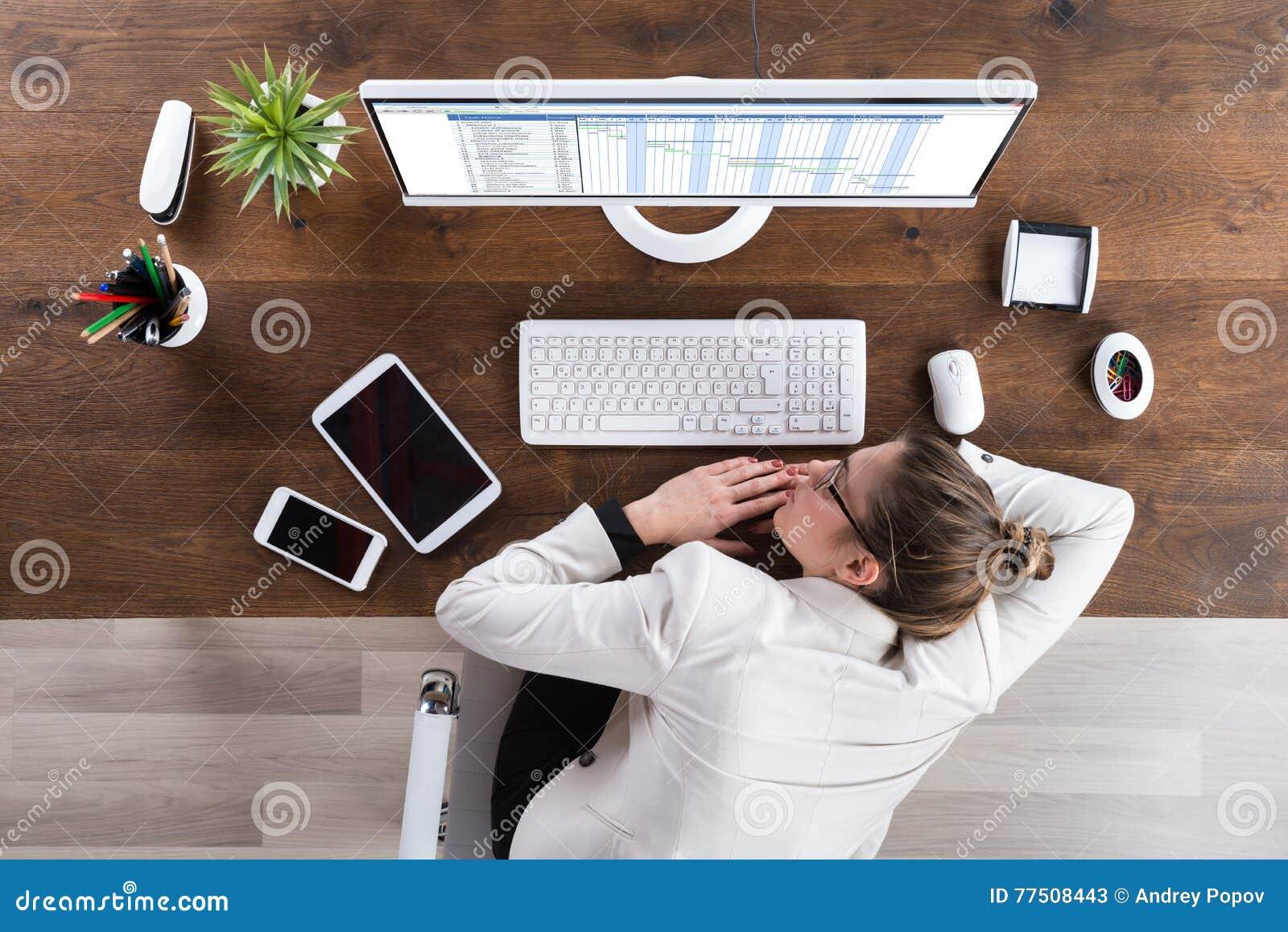 Femme d affaires Sleeping At Desk
