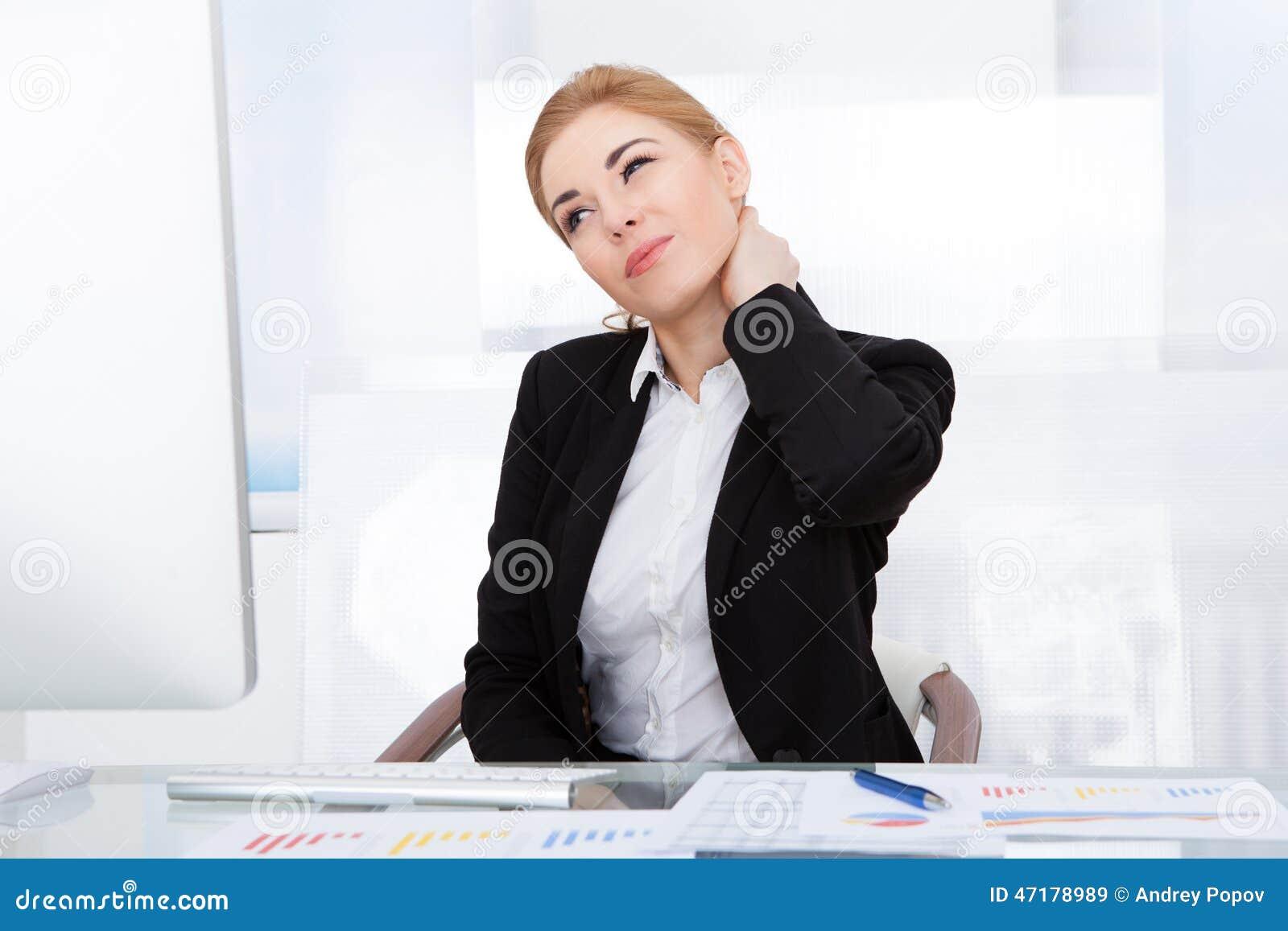 Femme d affaires souffrant de la douleur cervicale