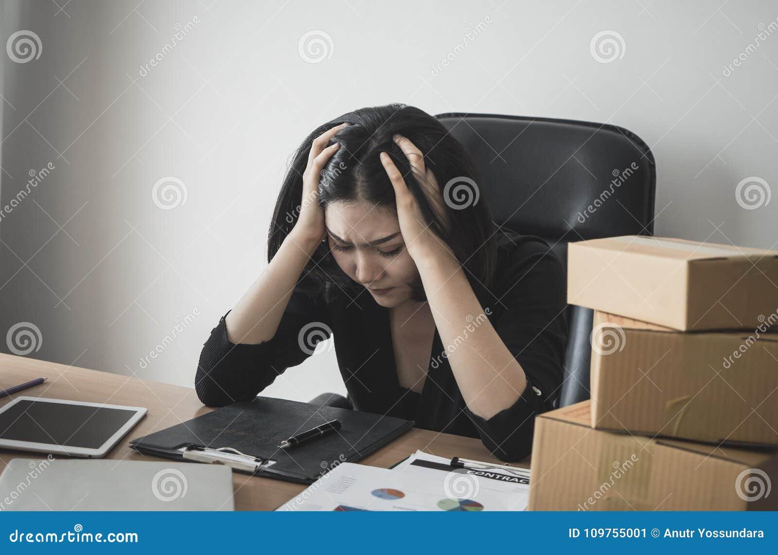 Femme d affaires soumise à une contrainte avec le travail sur le bureau