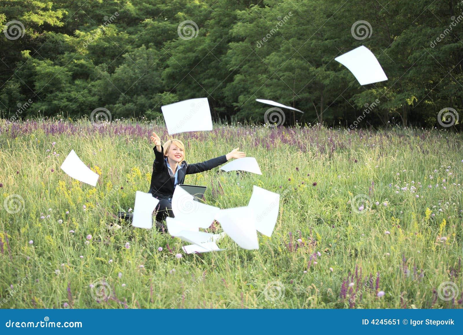 Femme d affaires sur des documents de loquet de nature