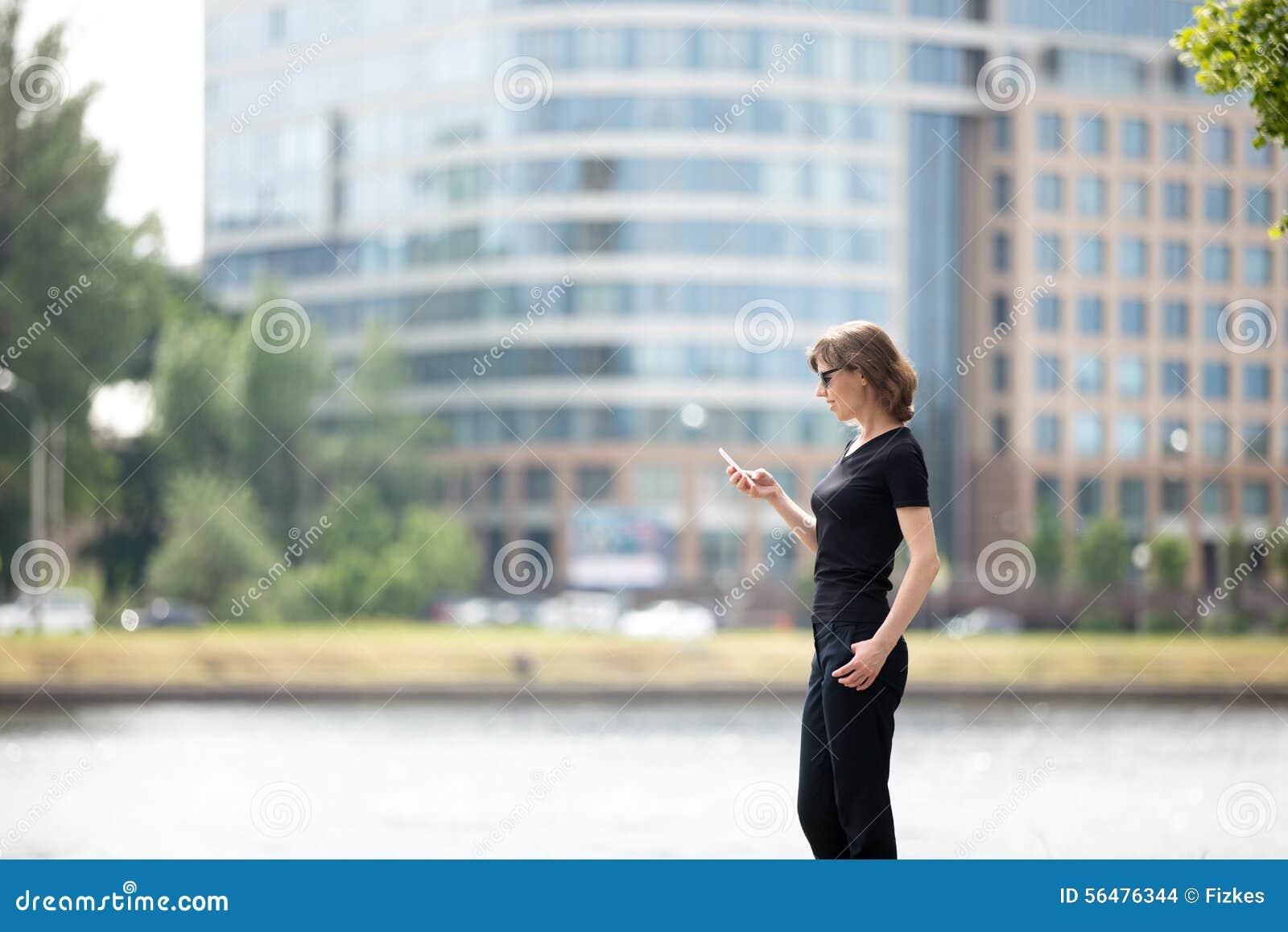 Femme d affaires sur le téléphone portable dans la rue