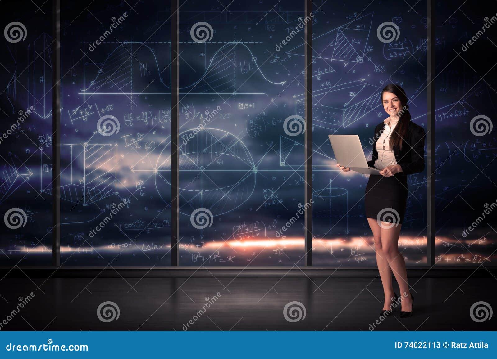 Femme d affaires tenant l ordinateur portable dans la chambre de