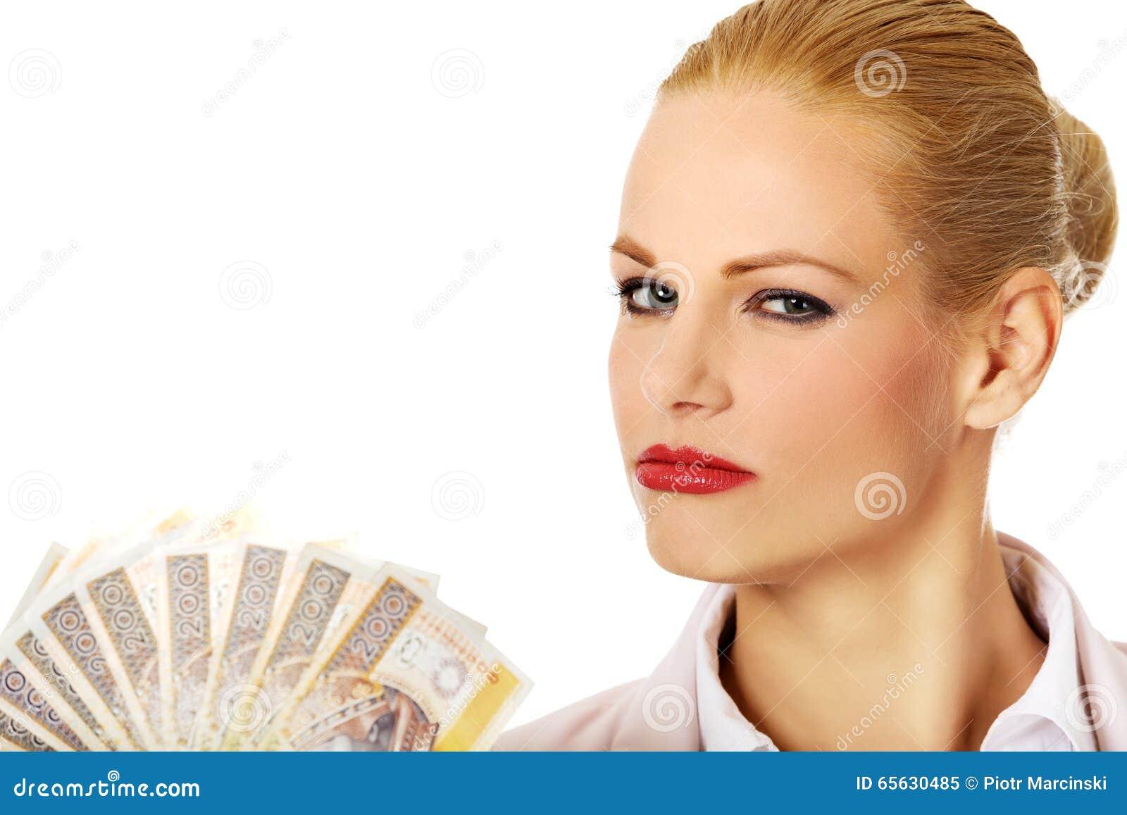 Femme d affaires tenant une agrafe d argent polonais