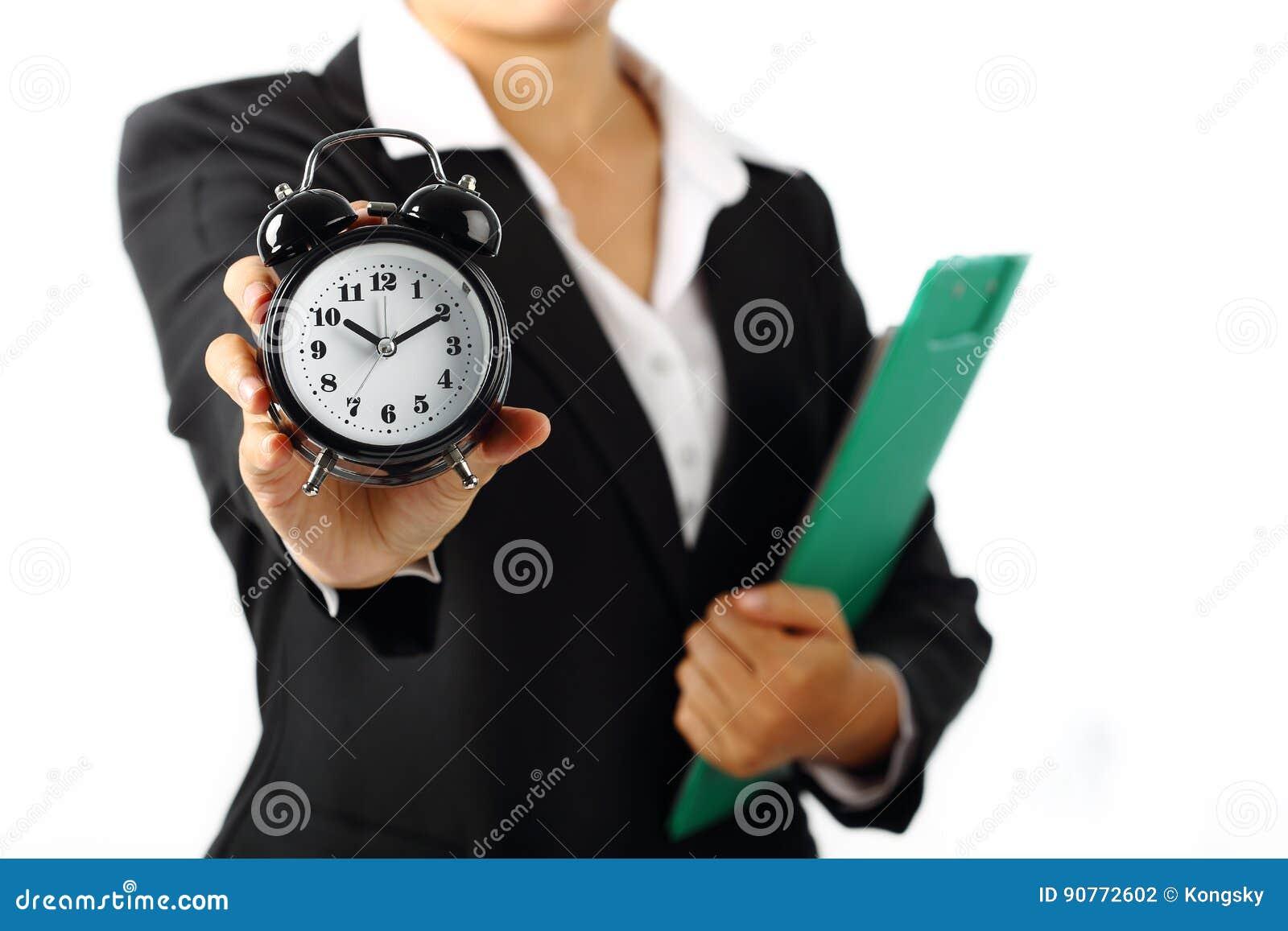 Femme d affaires tenant une alarme 10 de minuterie 10h du matin d isolement sur le blanc