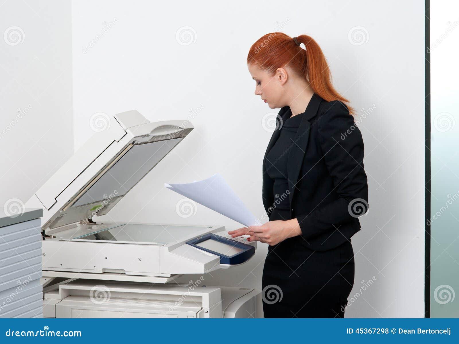 Femme d affaires travaillant à l imprimante de bureau