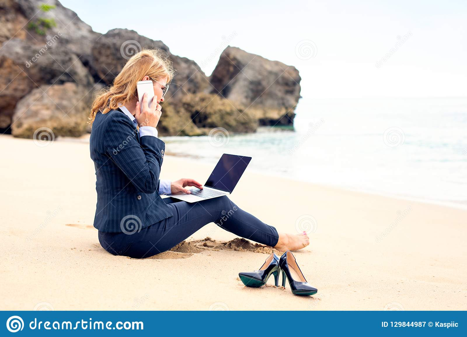 Femme d affaires travaillant à la plage avec l ordinateur portable