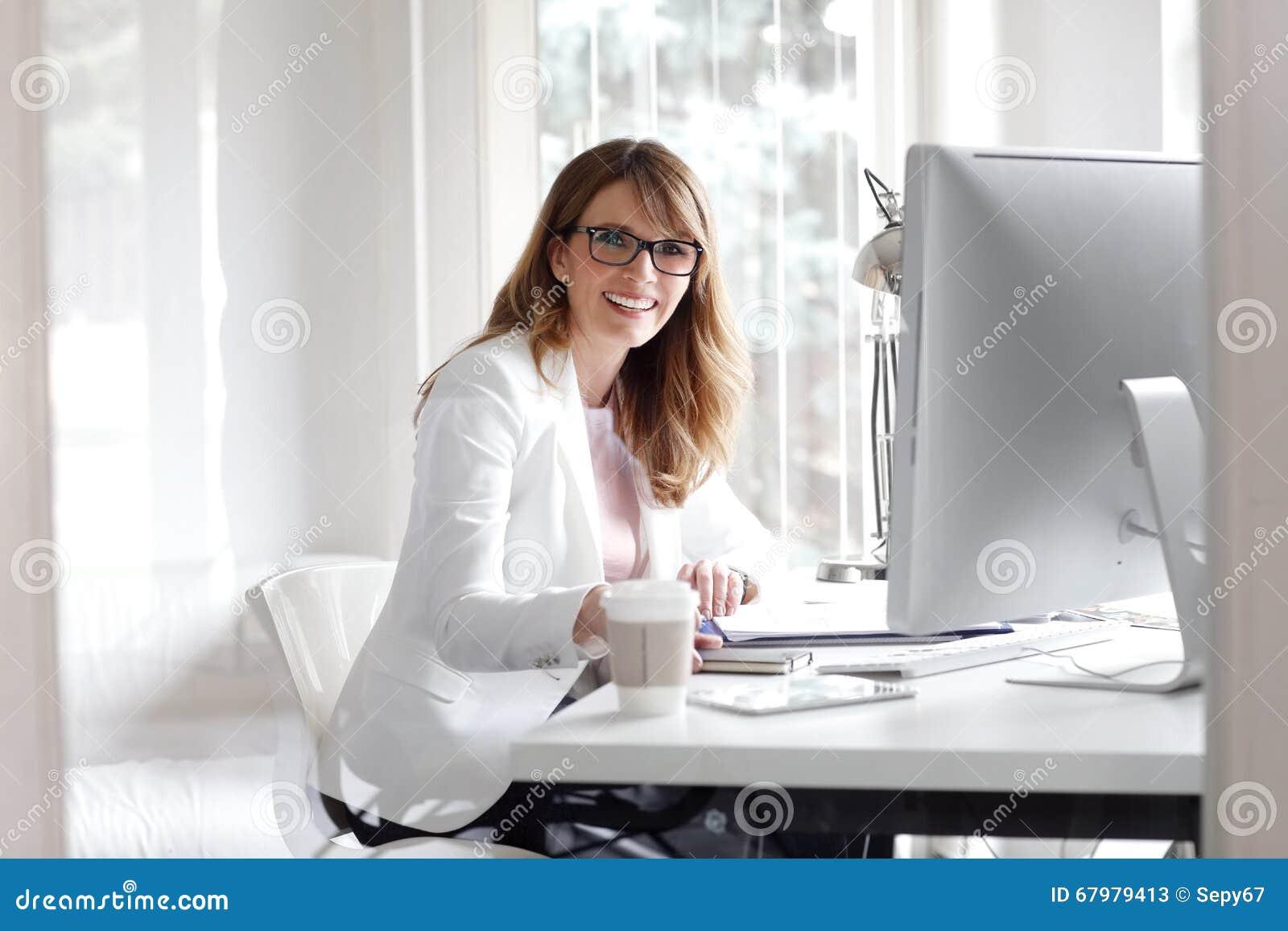 Femme d affaires travaillant au bureau