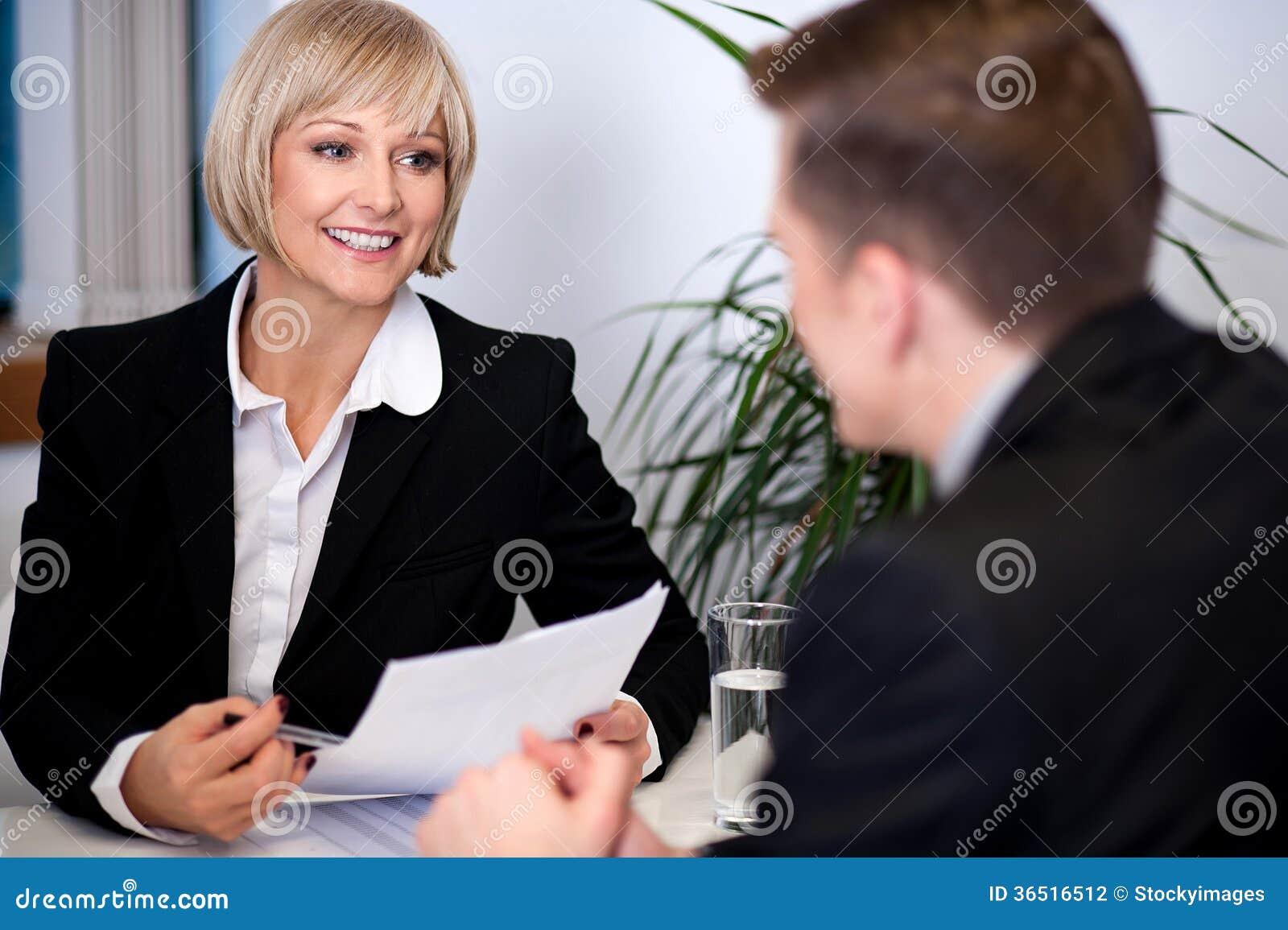 Femme d affaires travaillant avec ses collègues