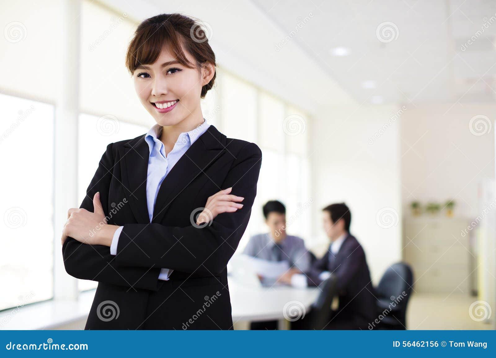 Femme d affaires travaillant dans le bureau