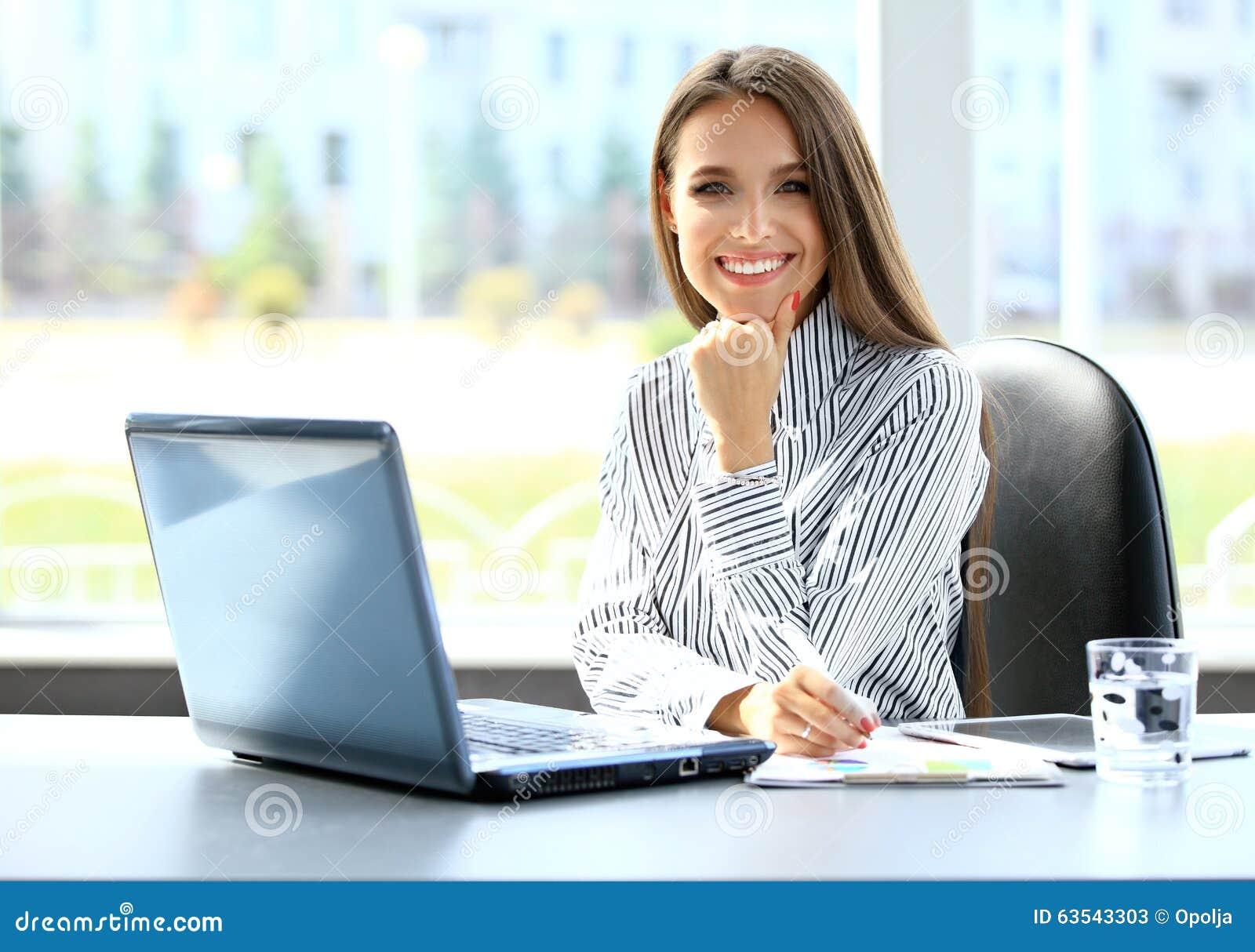 Femme d affaires travaillant sur l ordinateur portable