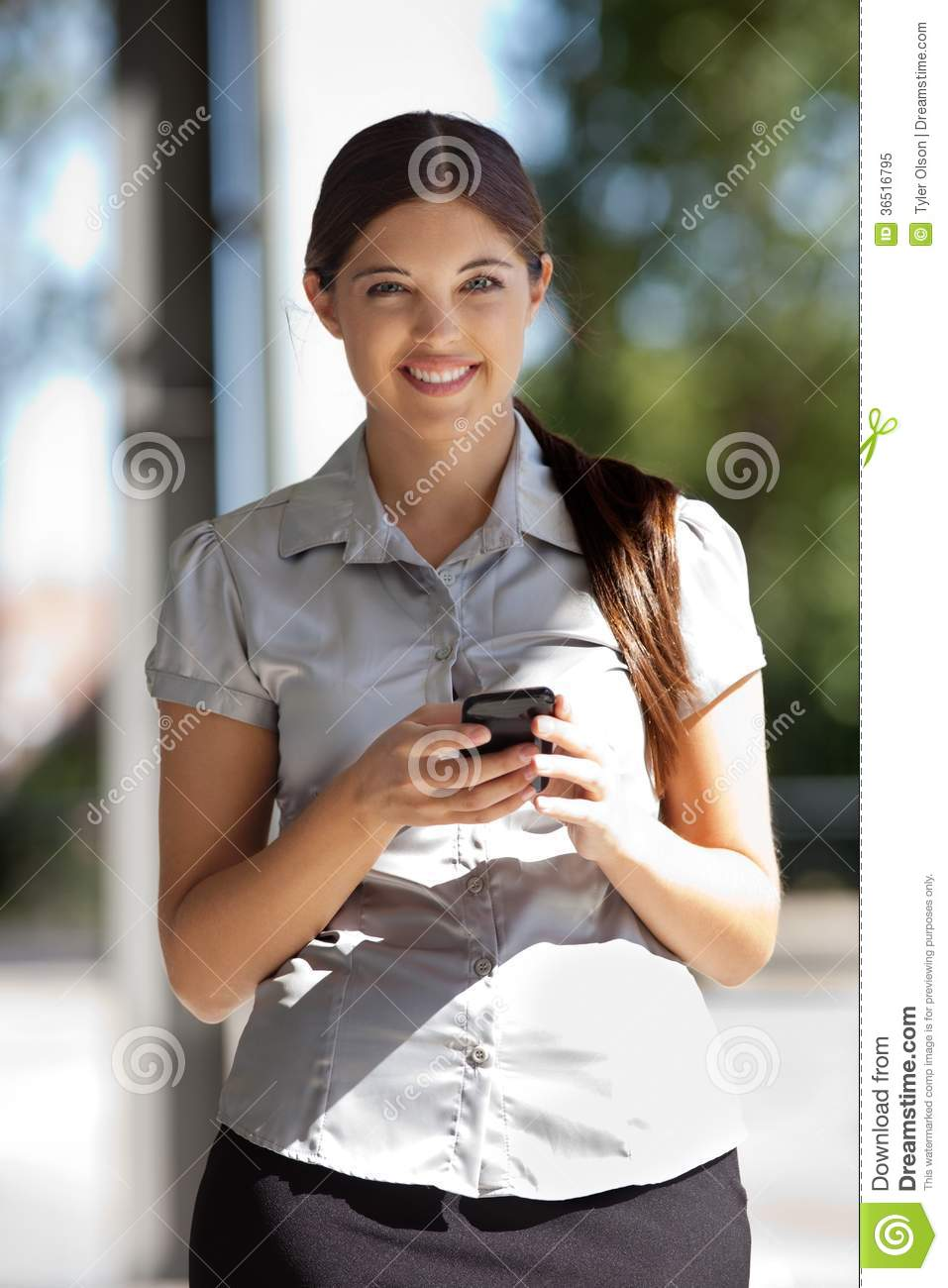 Femme d affaires Using Cell Phone