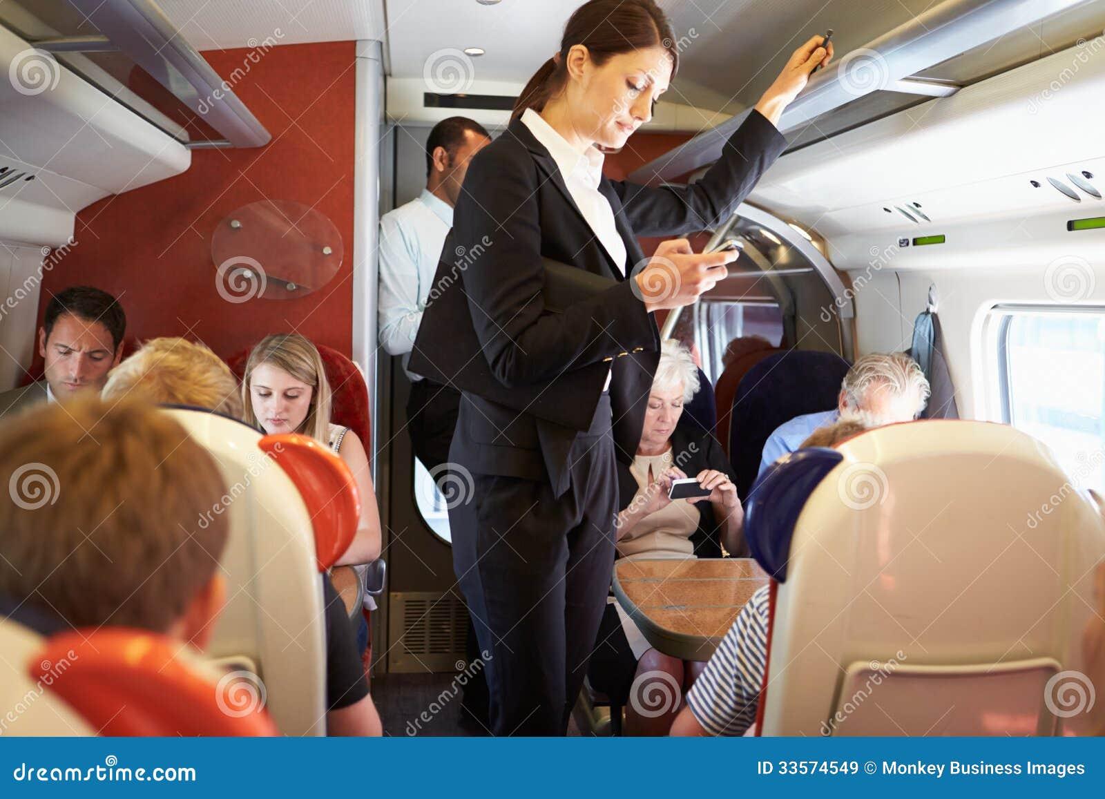 Femme d affaires Using Mobile Phone sur la navette occupée