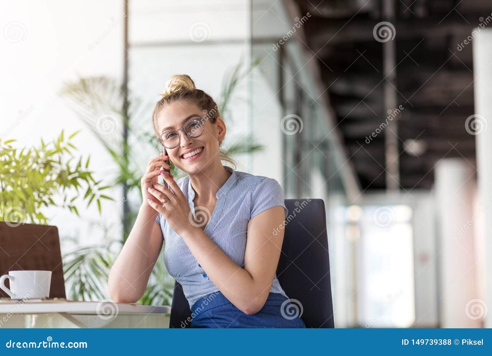 Femme d affaires utilisant le smartphone dans le bureau