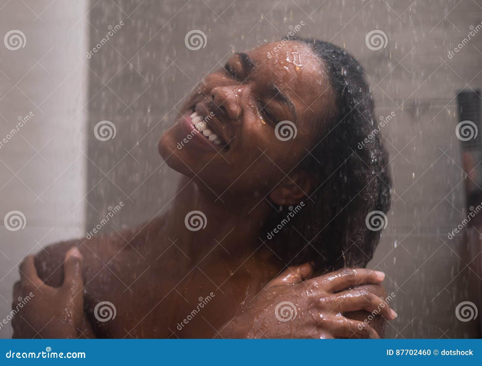 Femme d afro-américain dans la douche
