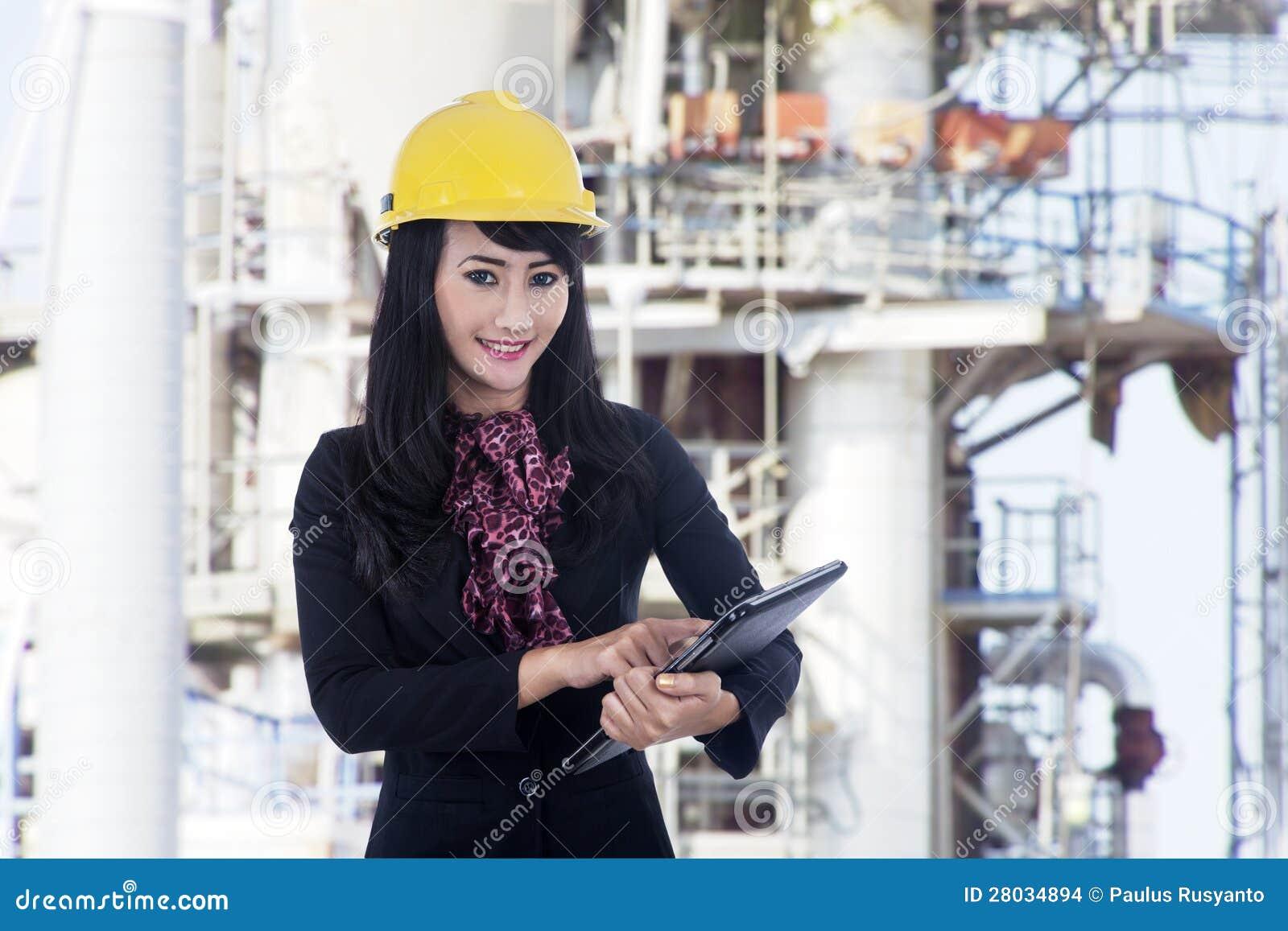 Femme d 39 architecte travaillant au chantier de construction for Chantier architecte
