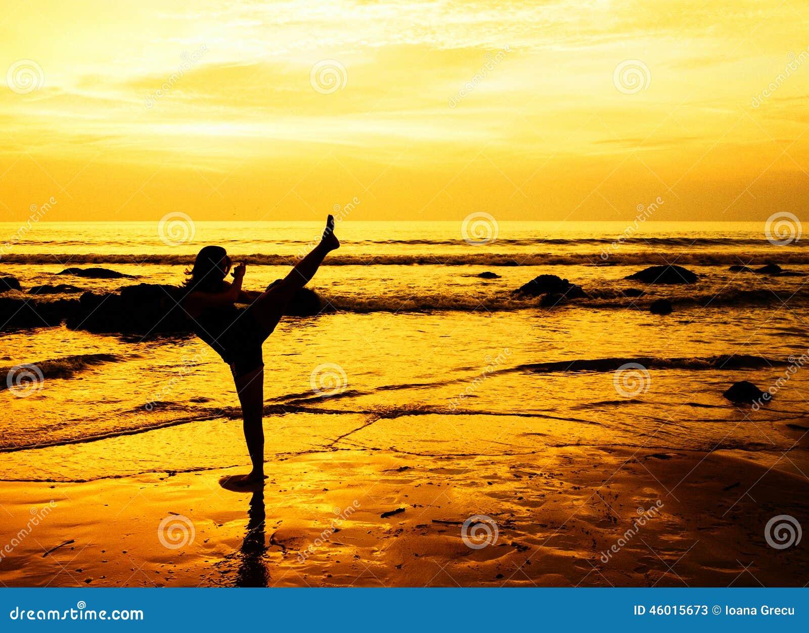 Femme d 39 arts martiaux sur la plage image stock image for Art martiaux
