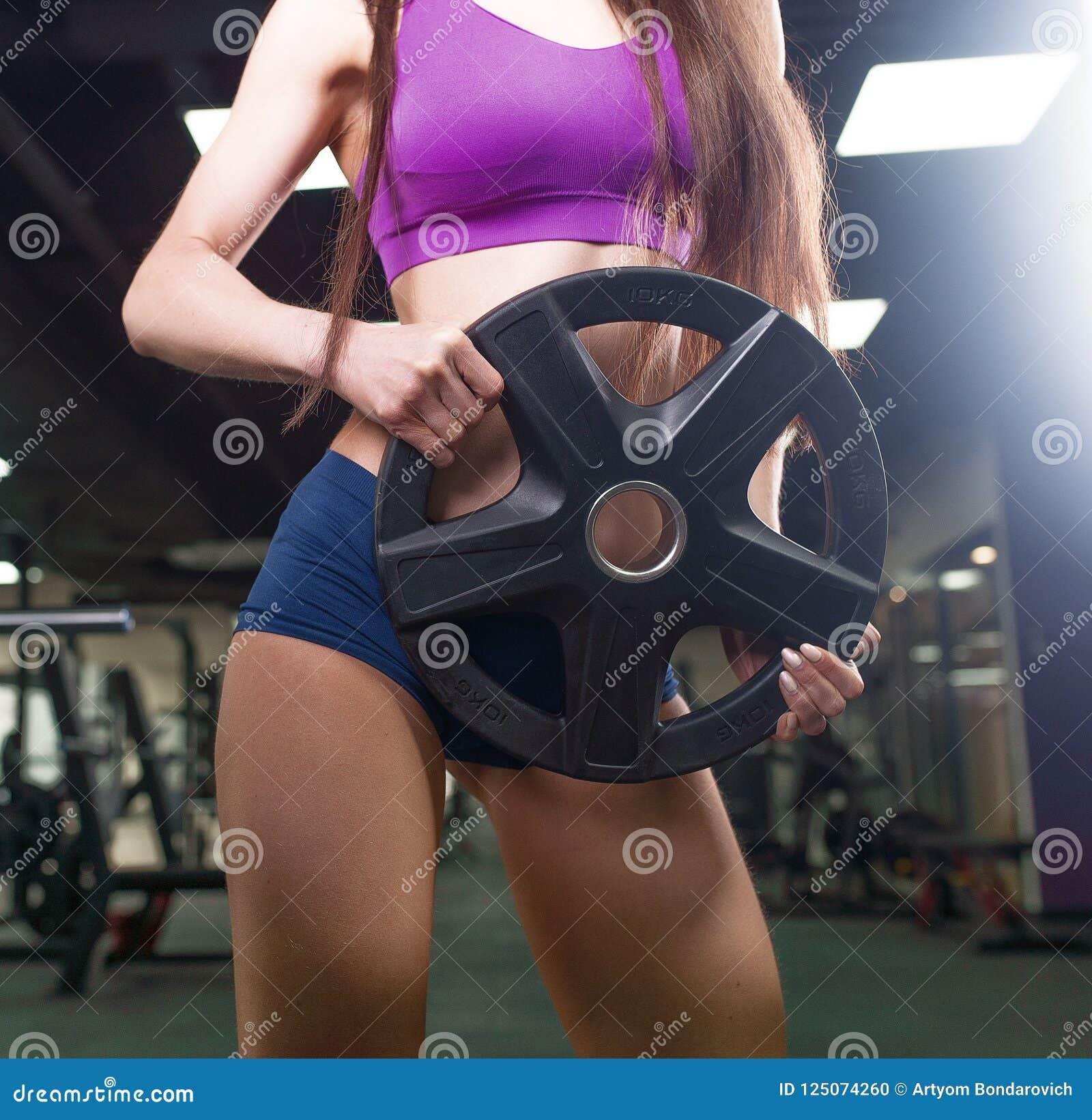 Femme d athlète établissant avec le barbell Fille de forme physique de bikini dans les vêtements de sport faisant l exercice dans