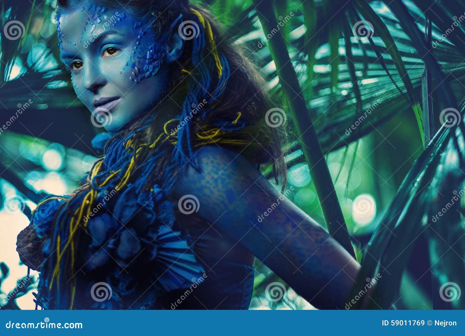 Femme d avatar dans une forêt