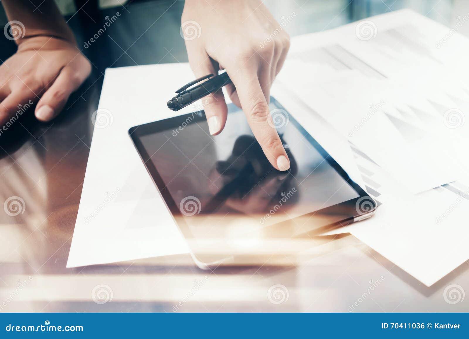 Femme d image travaillant le comprimé moderne, écran vide noir émouvant Procédé de travail d investissement de finances Stylo de